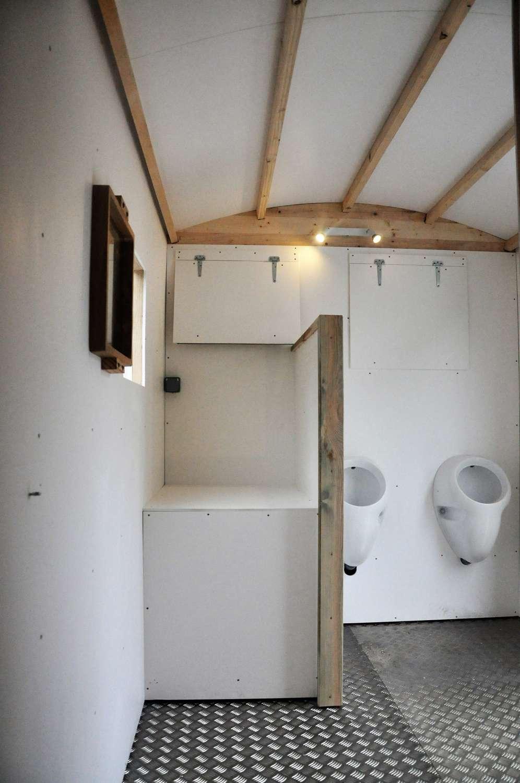 vue ensemble table à langer + urinoires toilette sèche mobile PMR par Terra Preta Sanitaires